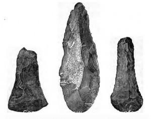 каменные топоры, наконечники копий, стрел и рыболовные крючки